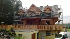 Holzhaus vor den Strahlarbeiten
