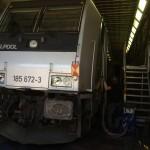 E-Lok der Baureihe BR 185 während der Innenreinigung