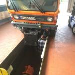 Unterbodenreinigung eines Multicars