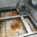 Boden einer Strahlkabine vor der Trockeneisreinigung